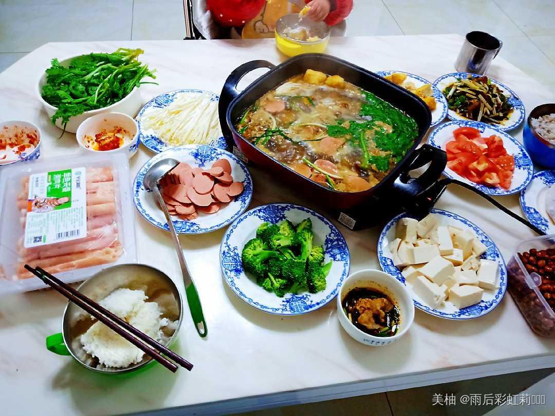 羊肉火锅再搭配自己喜欢的杂蔬配菜,一道家庭版的杂锦火锅好吃又满足