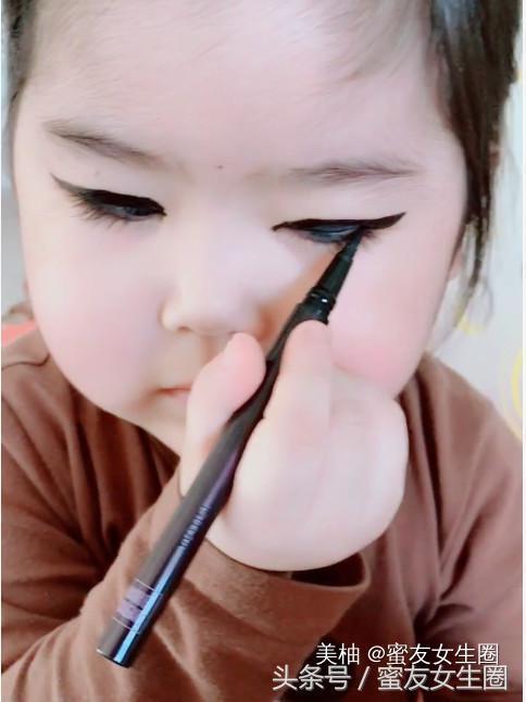 3岁宝宝偷妈妈化妆品,化了个妆,没想到结果却是这样的?